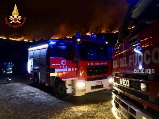 Cogoleto, vasto incendio nel ponente genovese: follati e  scuole chiuse