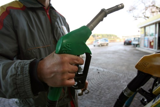 Benzina, sale il prezzo: in autostrada oltre i 2 euro al litro