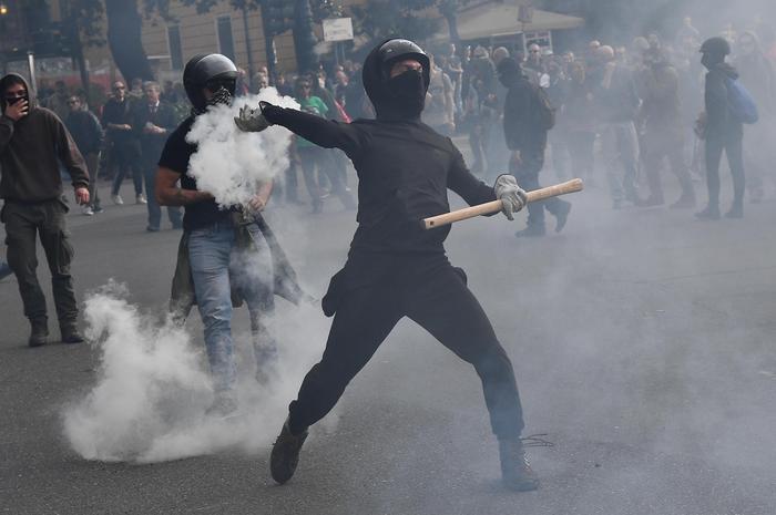 Genova, CasaPound in piazza: scontri tra polizia e manifestanti. Ferito giornalista di Repubblica