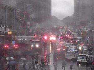 New York, elicottero si schianta contro un palazzo: morto il pilota. Ipotesi atterraggio d'emergenza fallito