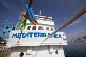 """Mare Jonio: """"Sbarcano solo donne e bambini"""". Gli ultimi ordini di Salvini"""
