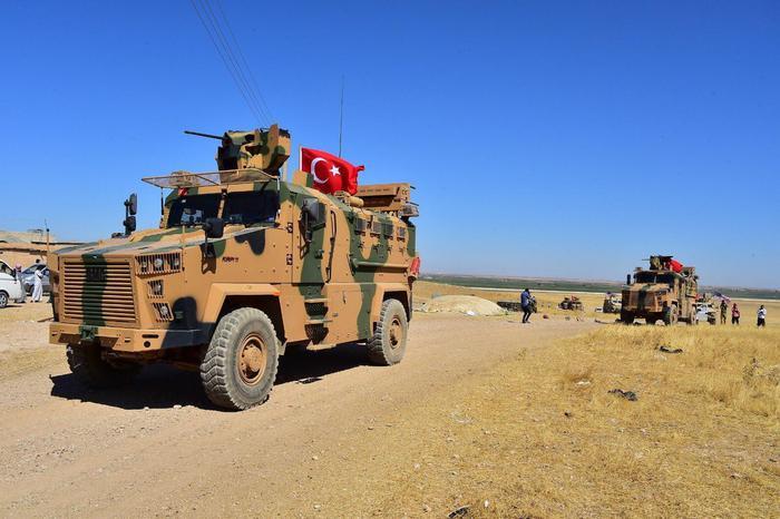 Siria. Trump ora minaccia Erdogan (che comincia a sparare a nord), i curdi isolati resuscitano Assad