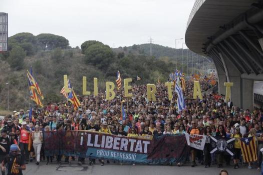 Catalogna, Barcellona-Real Madrid sospesa. Notti di guerriglia urbana. Oggi sciopero generale