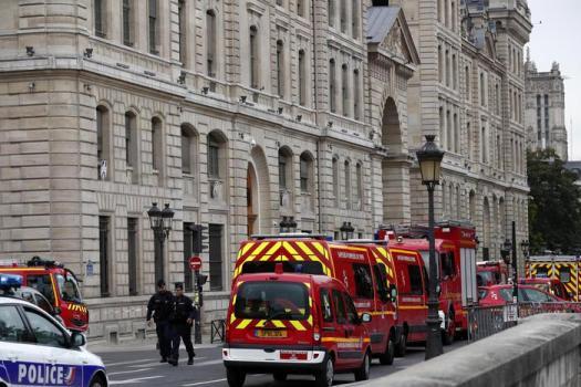Parigi, funzionario della Prefettura uccide 4 poliziotti a coltellate e viene ammazzato