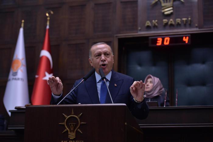 """Siria, premier turco Erdogan sfida sanzioni Usa: """"Non dichiareremo mai cessate il fuoco"""". I russi nelle basi americane, rallenta l'attacco turco"""