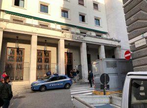 Trieste, sparatoria davanti alla Questura: uccisi due poliziotti. Fermati due fratelli