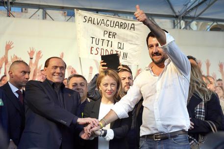 Sondaggio: Salvini-Meloni-Berlusconi battono Di Maio-Zingaretti-Renzi 48,4% a 44,3%