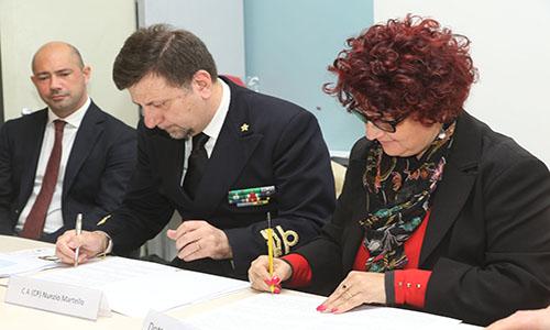 La firma del protocollo tra la dirigente dell'istituto superiore Brigida Morsellino e l'ammiraglio Nunzio Martello