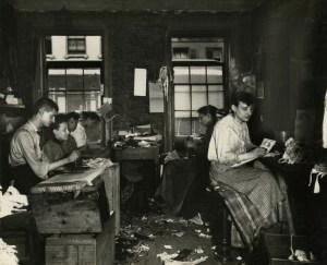 Donne al lavoro in un tenement