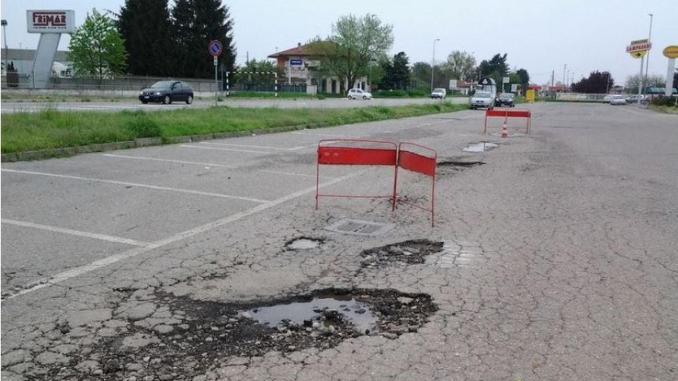 Ossona: il parcheggio di Asmonte in condizioni pietose