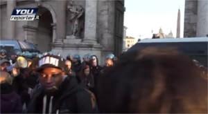 Vogliono contestare la Lega Nord a Roma, ma sbagliano il giorno e le prendono dai poliziotti