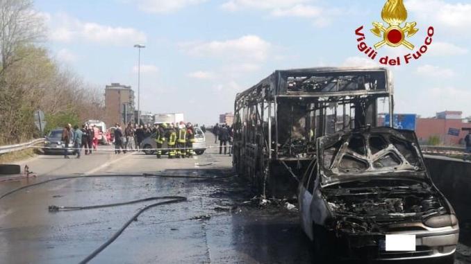 IMG-20190320-WA0043 Dà fuoco all'autobus. E' attentato Cronaca Lombardia Prima Pagina