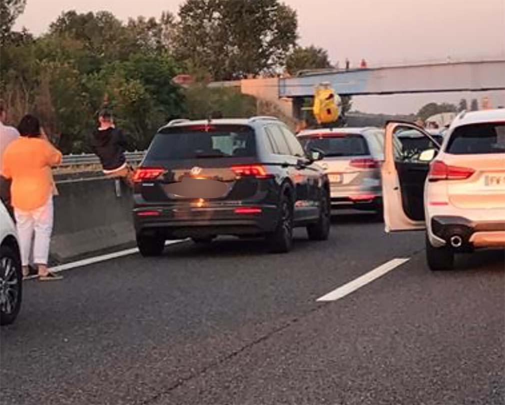 Assalto fallito a un portavalori: terrore in autostrada. Incendiate due auto