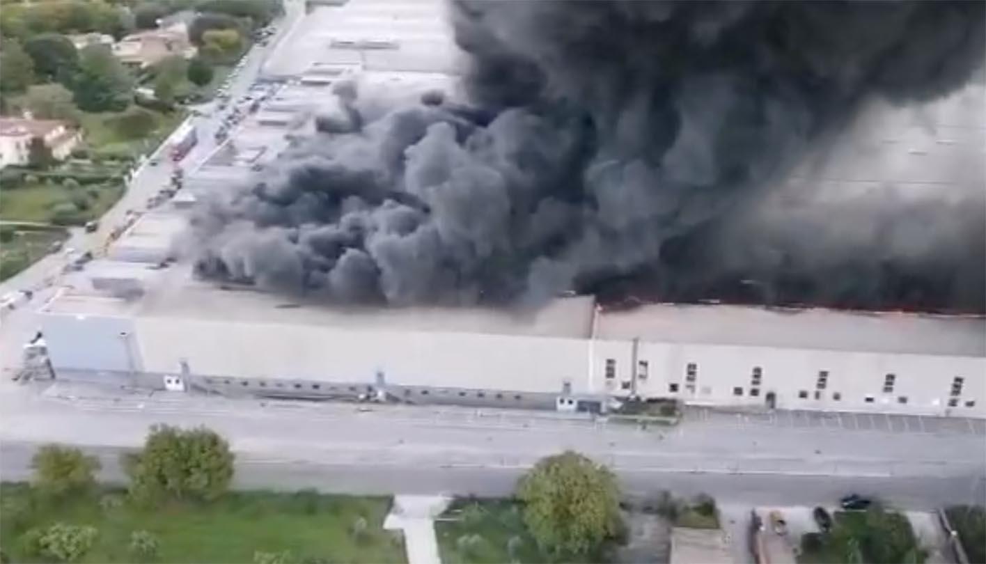 Mega incendio ai Airola: la nube nera visibile anche a Napoli. IL VIDEO