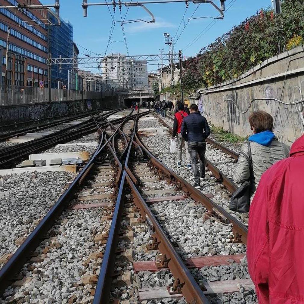 Treno guasto: passeggeri Circumvesuviana tornano a piedi in stazione