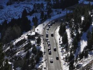 coches esperando en el semáforo del túnel de bielsa