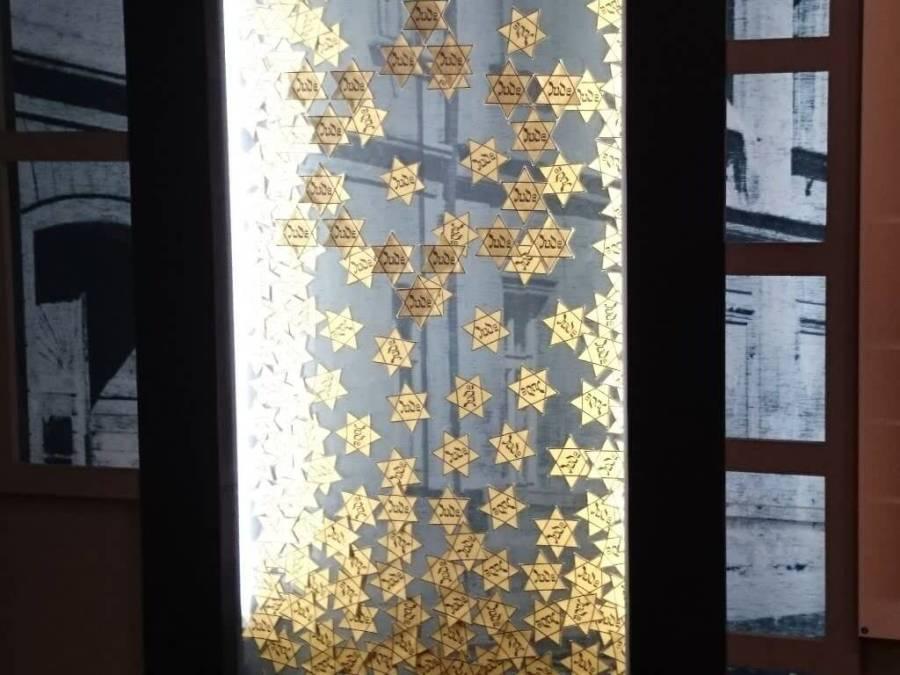 Estrellas judías para señalarlos.Campo de Concentración Terezin. Cementerio Terezin Memorial.Praga