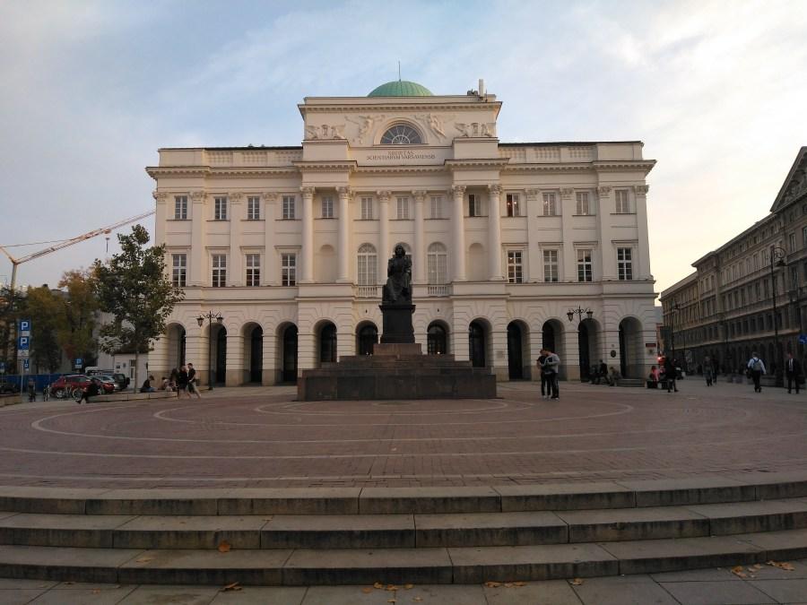 Qué ver en Varsovia en un día. Monumento a Copérnico y Palacio Staszic  Centro histórico de Varsovia..