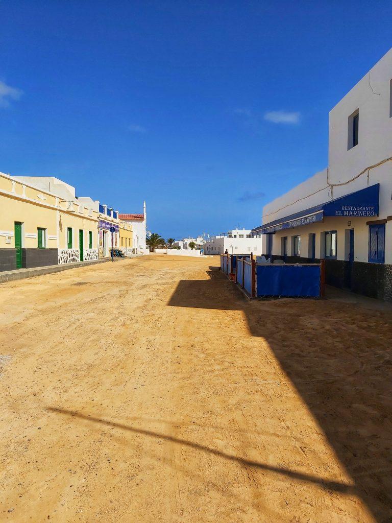 Calles de arena de la isla.