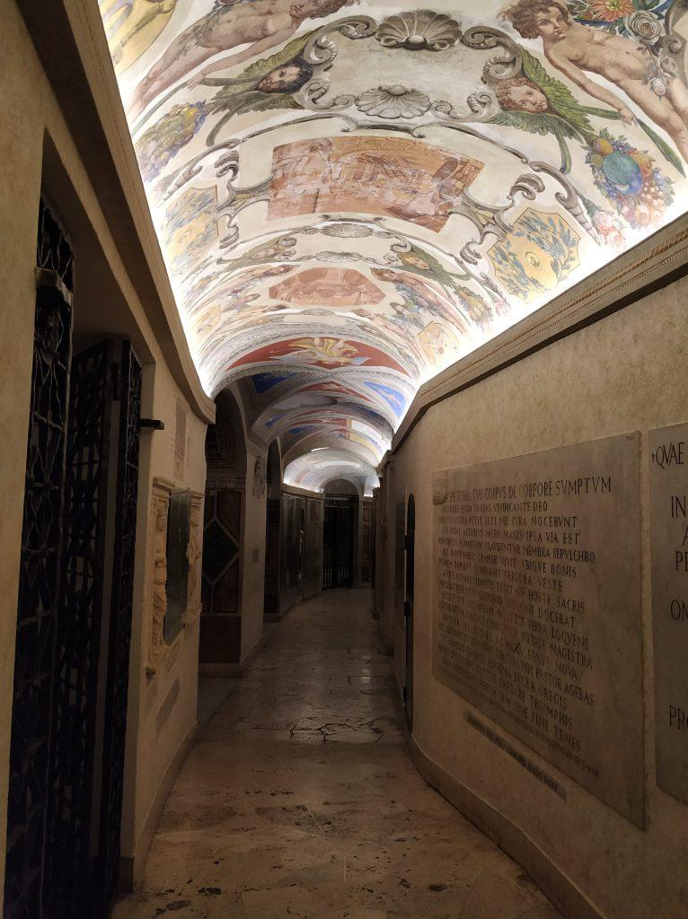 Corredor subterráneo que conduce a las tumbas papales.