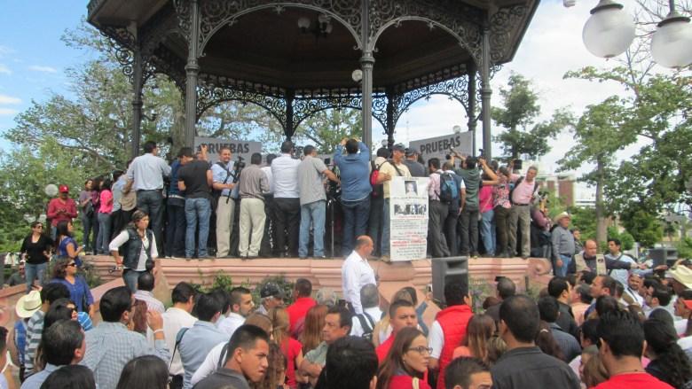 Kiosko de Plaza Zaragoza con candidata (allá atrás) y Edgar Mondragón al frente antes de ser invisibilizado (como a la candidata pero diferente).