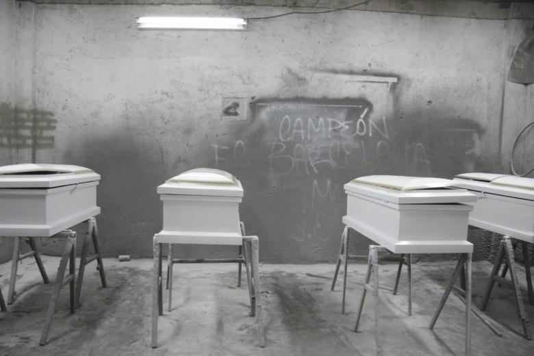 While hundreds of relatives mourn outside hospitals, funeral homes and mortuary Hermosillo waiting for the bodies of their children in a carpentry north of the city they are made at least 45 of the 49 coffins for infants who were burned day yesterday. ******* Mientras centenares de familiares lloran a fuera de hospitales, funerarias y morgue de Hermosillo en espera de los cuerpos de sus hijos, en una carpintería al norte de la ciudad se fabrican al menos 45 de los 49 ataúdes para los infantes que murieron quemados el día de ayer.