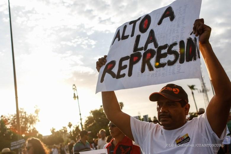 Alrededor de 500 personas entre Miembros de la Coordinaciòn Nacional de Trabajadores de la Educación (CNTE) de Sonora y ciudadania en general, marcharon esta tarde de plaza Zaragoza a Palacio de Gobierno para manifestar la injusticia cometida con los maestros de Oaxaca en días pasados, donde durante una protesta la Policia Federal Mexicana mato a 6 maestros manifestantes. Así mismo gritaban consignas de libertad a los presos politicos en su paso por los bulevares de Hermosillo, Sonora, Mexico. ©Foto:Luis Gutierrez/NortePhoto