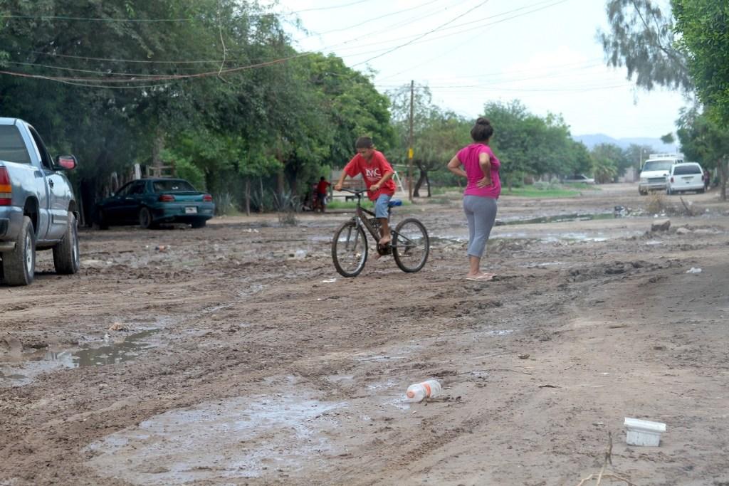 una queja general en el poblado es el mal estado de las calles sin pavimentación y en temporada de lluvias se llenan de charcos y bache s