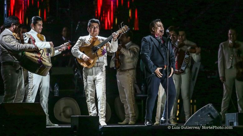 El cantante de música popular mexicana, Juan Gabriel , durante la noche de su concierto en expoForum como parte de su gira NOA NOA. ©Foto: Stringer/NORTEPHOTO.COM