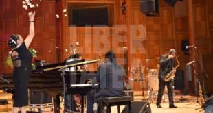 Catanga-întrerupe-un-concert-de-jazz-ca-să-vândă-flori-muzicienilor.
