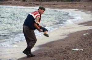 fotografia-copilului-sirian-mort-pe-o-plaja-greceasca-o-imagine-devastatoare-18513994