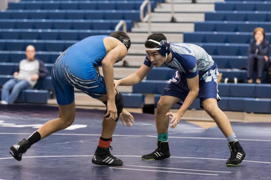 Senior+Temmulen+Jargalsaikhan+focuses+on+pinning+his+opponent