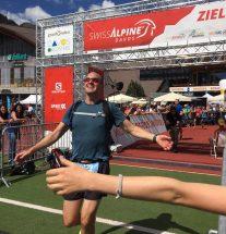 Athlet beim Zieleinlauf am SwissAlpine Marathon