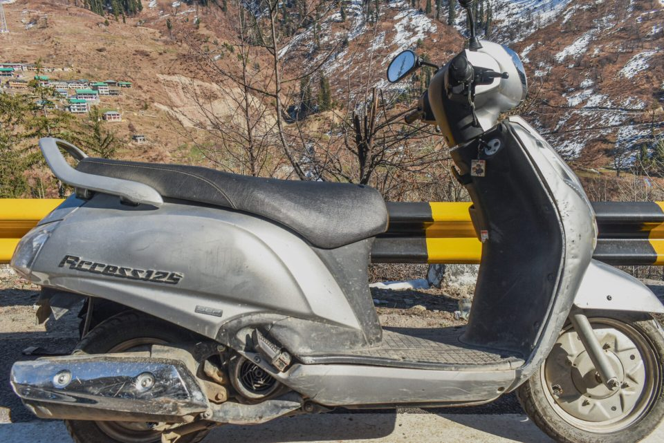 Renting a scooter at Old Manali and exploring around the town