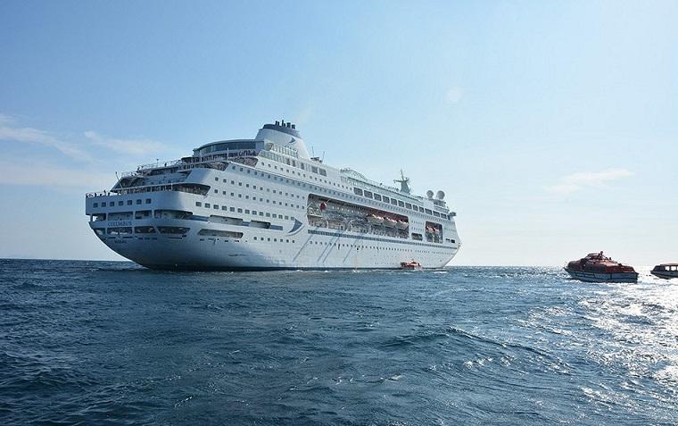 CMV-passenger-exchange-004 CMV: Schiff-zu-Schiff-Passagier-Transfer auf hoher See!