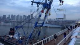Aankomst ms Rotterdam in Rotterdam op 7 april 2015. Het schip heeft haast want het moet in dok in Hamburg dus om 7.00 uur worden de onderdelen aan boord gehesen. Dit maak je je toch weinig mee als je op een cruise bent! - Chris Oly.