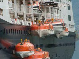 Het verplichte testen van de reddingssloepen in Flam. - Theo Riemslag Baas, 28 juli 2007