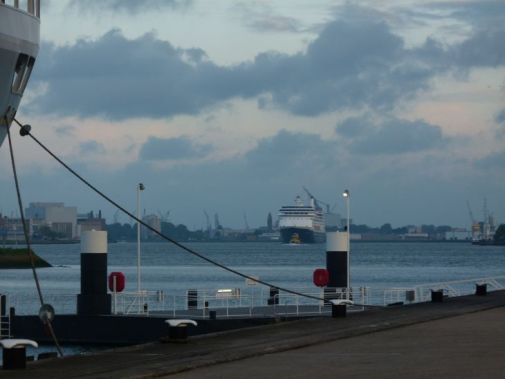 Het was onze eerste cruise (2013 Noorse Fjorden), en om die goed te beginnen was onze voorgaande nacht op het S.S. Rotterdam. We zijn op tijd naar buiten gegaan om het M.S. Rotterdam te zien binnenkomen. - Dolly Rodenburg -Kolkman, juni 2013
