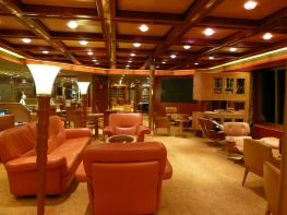 Onze favoriete plek aan boord: 's avonds naar de puzzeltafel. - Miriam, september 2012