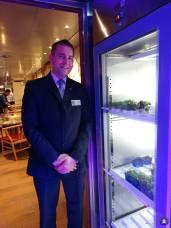 Restaurantmanager Glenn bij een van de Koppert Cress kasten.