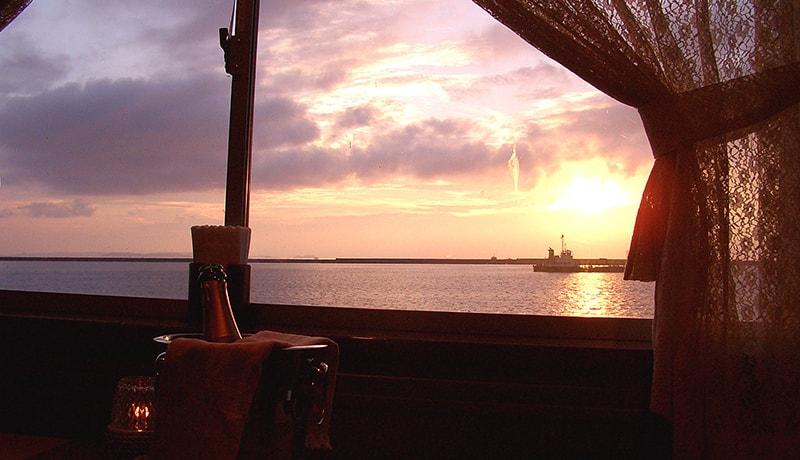沈む夕日や夜景を楽しむクルーズ