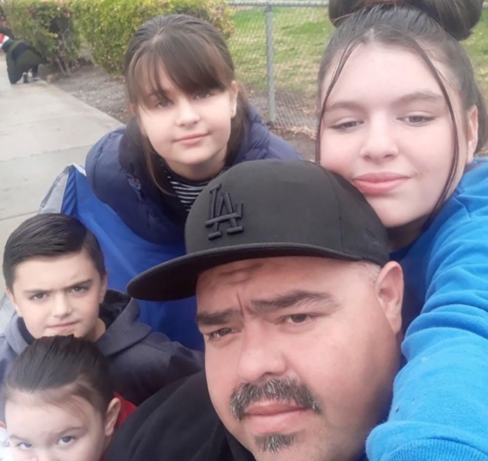 Père et ses 3 enfants tués après un incendie causé par un arbre de Noël brûlé dans un appartement