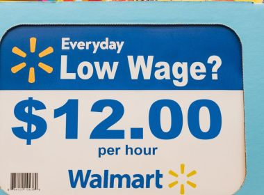 Augmenter le salaire de base de Walmart de 5 $ ne signifierait pas seulement des salaires décents – cela pourrait aider les travailleurs à vivre plus longtemps, selon un nouveau rapport