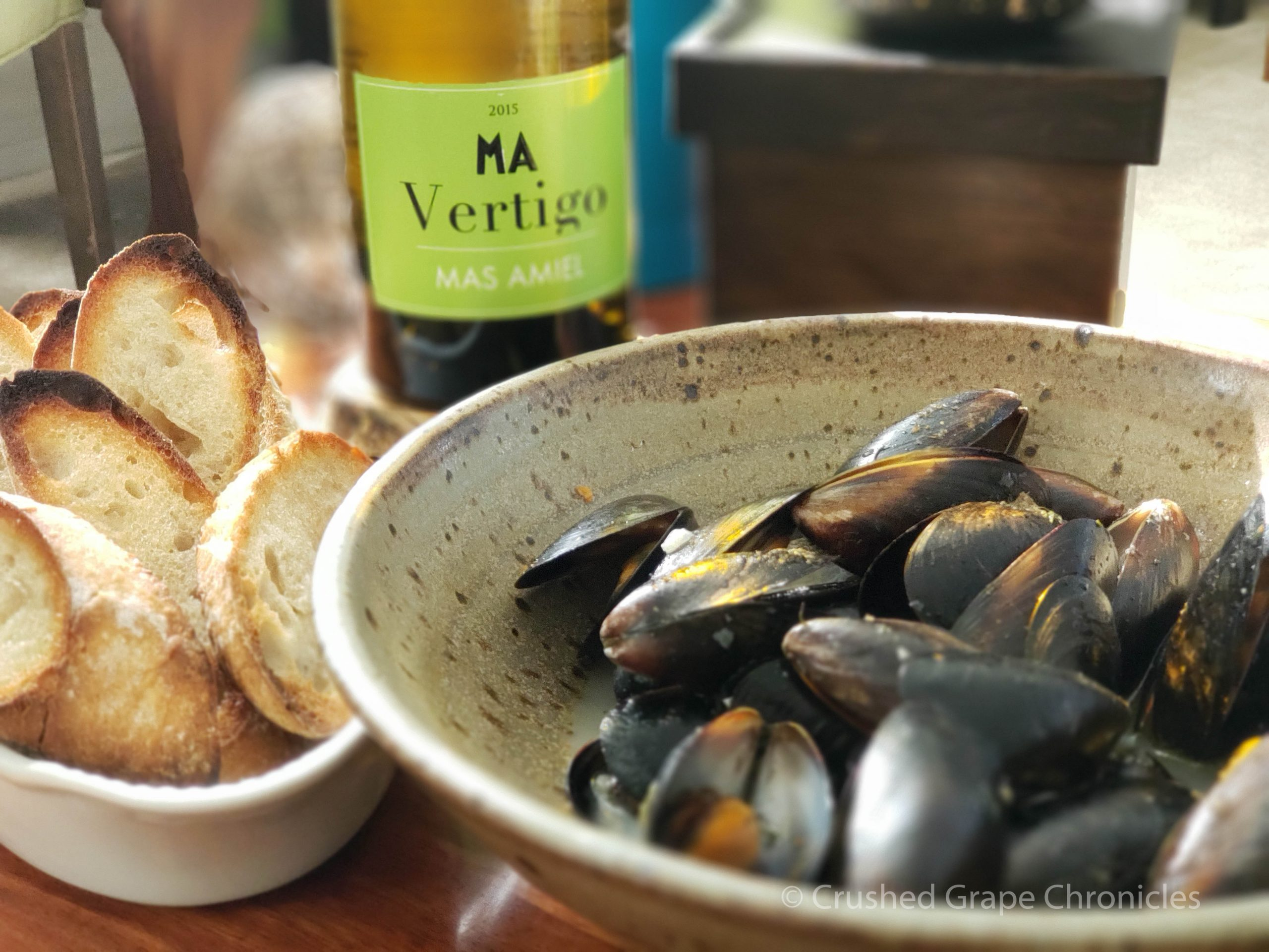 White Roussillon (Mas Amiel Vertigo Blanc) with mussels and crusty bread.