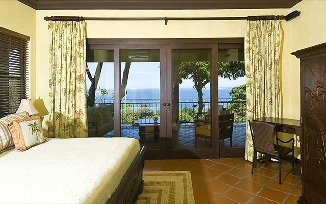 Manuel Antonio home rentals: Casa Carolina master bed