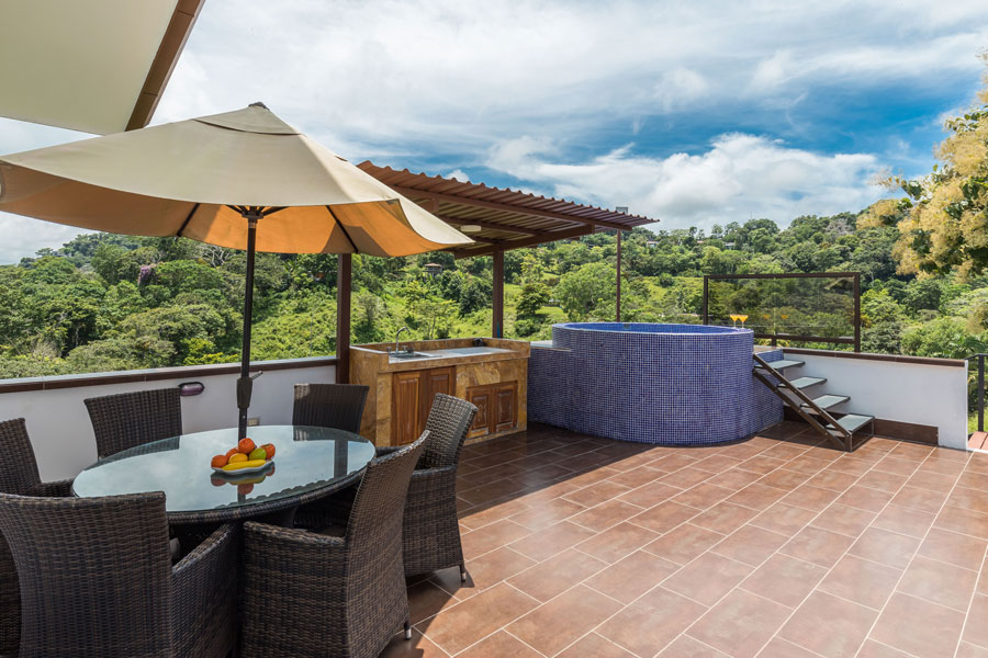 Casa WyRica deck and Jacuzzi