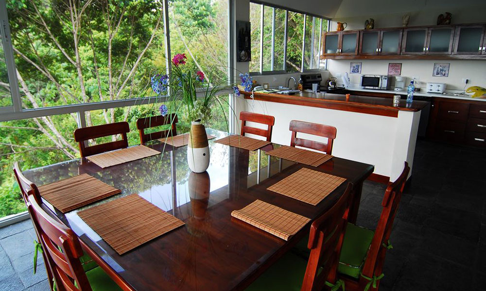 Casa de los Suspiros dining and kitchen