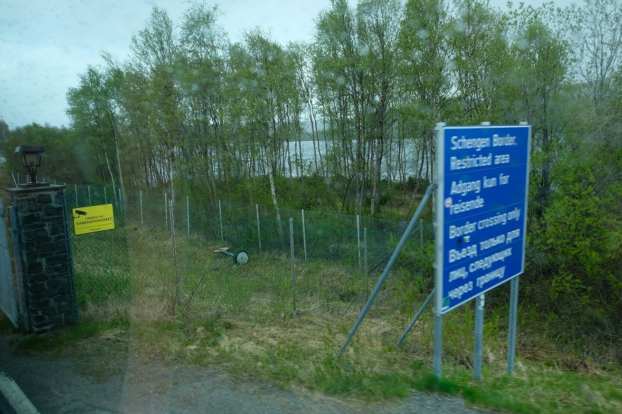 A sign on the Norwegian side of the Norway-Russia border crossing.