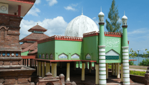 kudus-minar-mosque-in-central-java