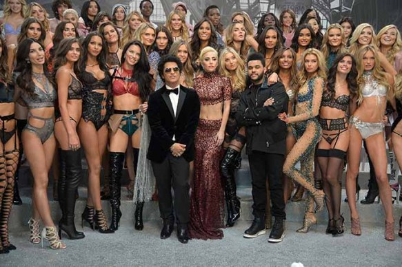 PARIS, FRANCE - NOVEMBER 30: Bruno Mars, Lady and The Weeknd pose with Victoria's Secret models backstage during 2016 Victoria's Secret Fashion Show on November 30, 2016 in Paris, France. (Photo by Dominique Charriau/Getty Images for Victoria's Secret)